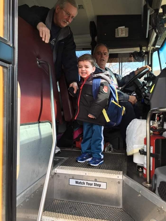 мальчик плачет в автобусе