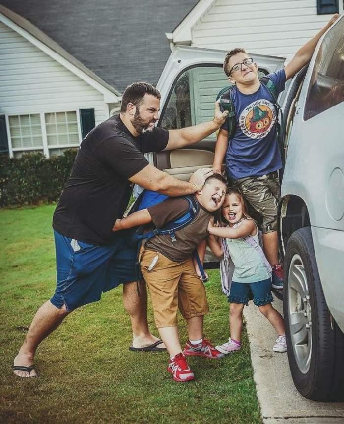 папа запихивает детей в машину
