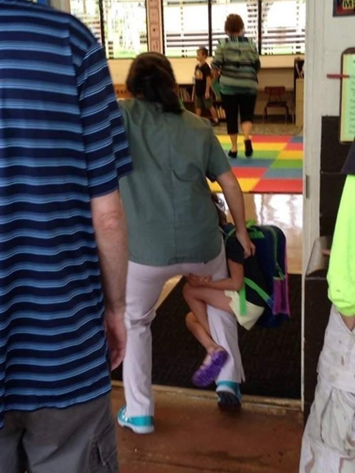 девочка висит на ноге у мамы