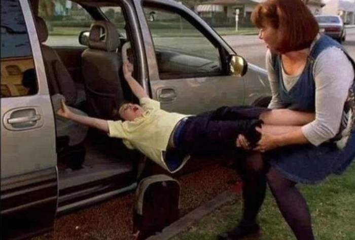 мама тащит мальчика за ноги из авто