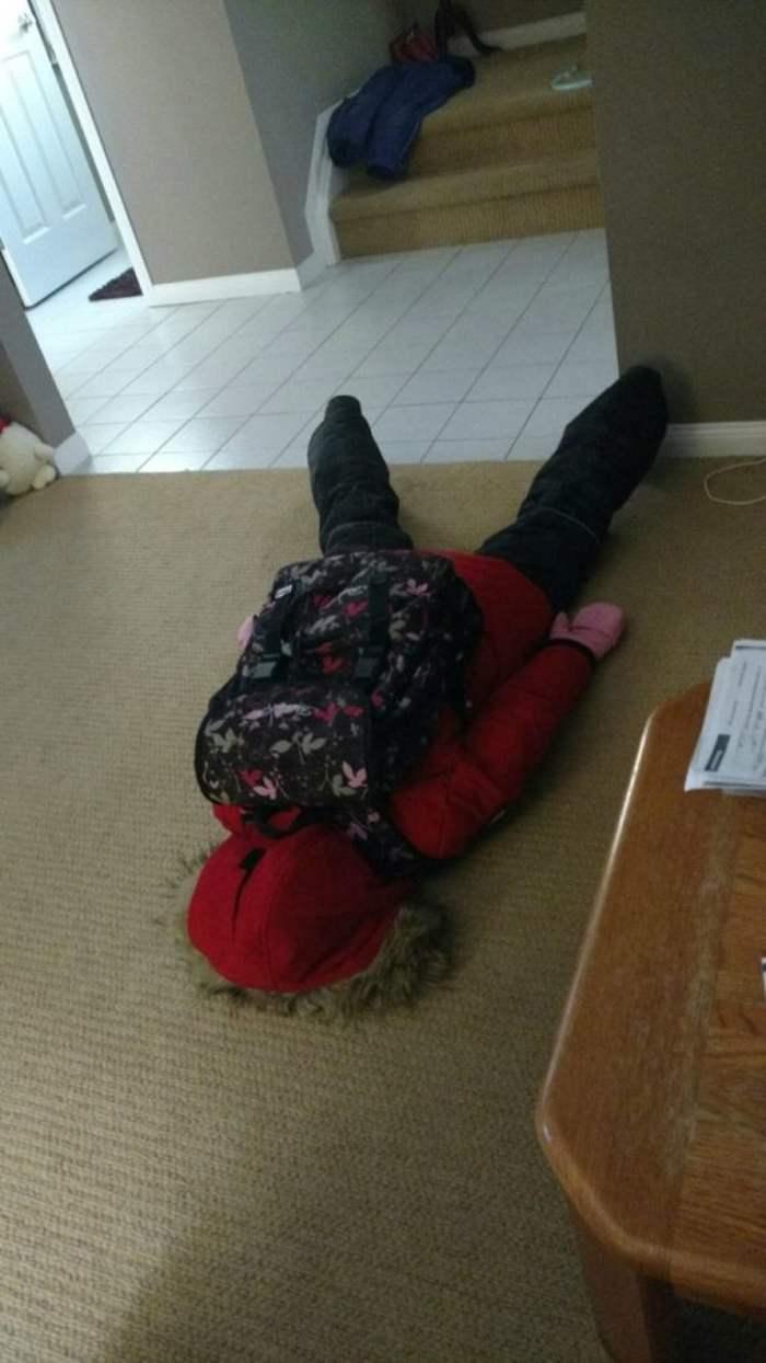 мальчик с рюкзаком лежит на полу