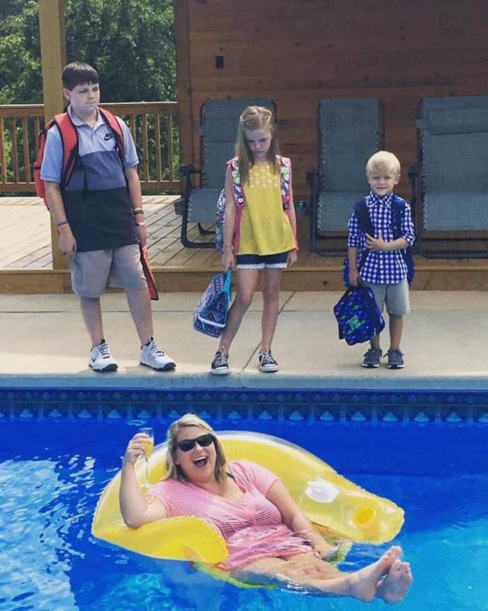 дети возле бассейна
