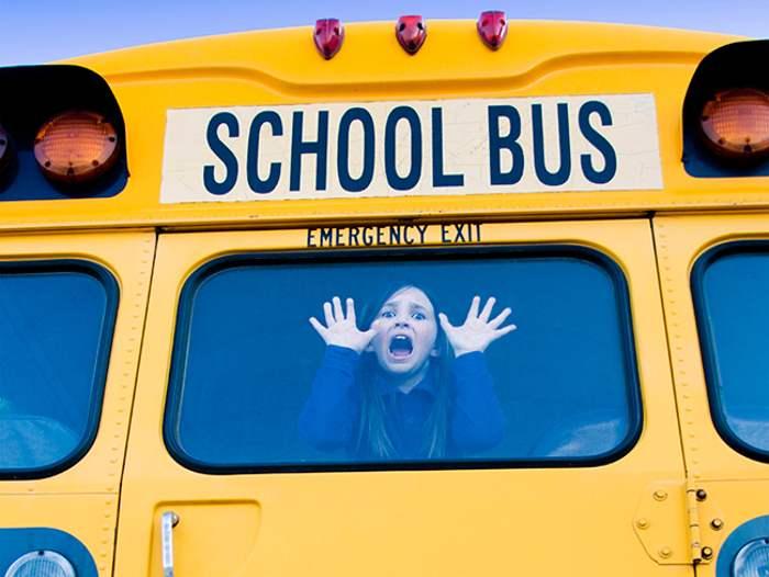 девочка в окне школьного автобуса