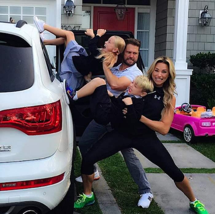 родители запихивают детей в машину