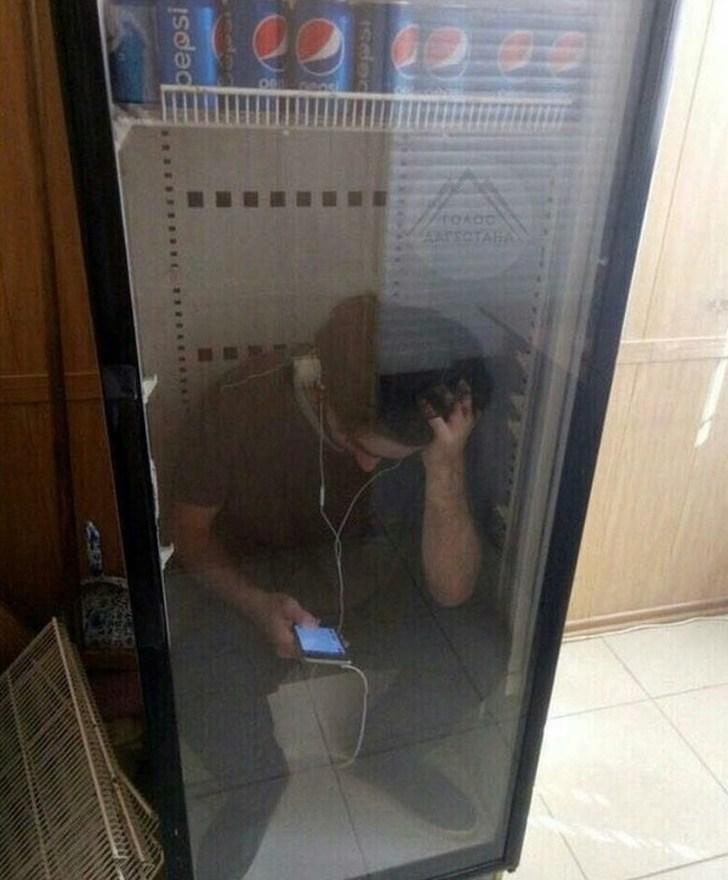 парень сидит в холодильнике