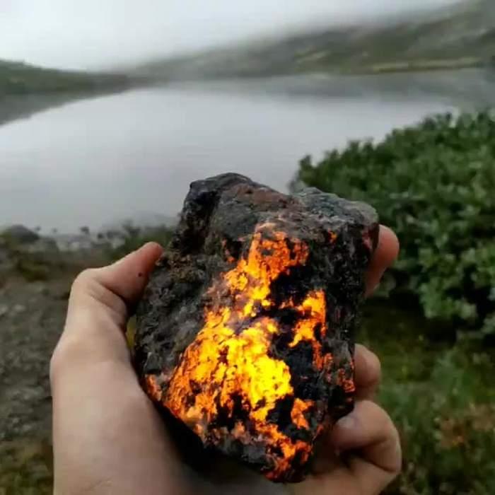 минерал в руке