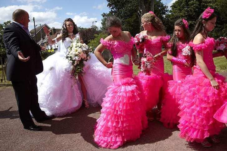 девушки в розовом и невеста