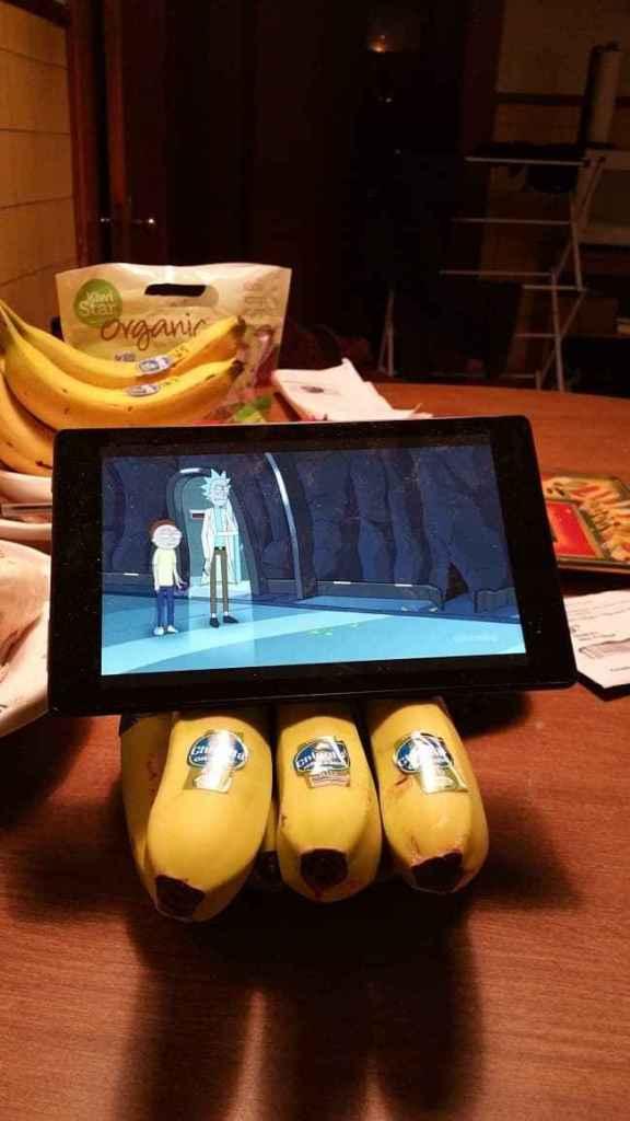 планшет стоит на связке бананов