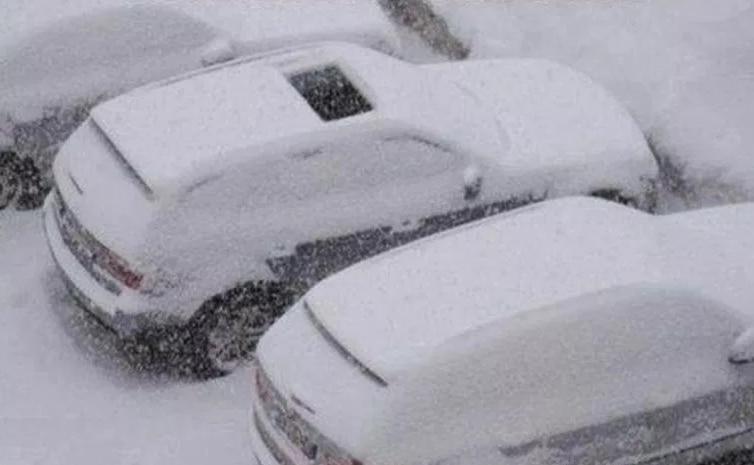 машина с открытым люком в снегу