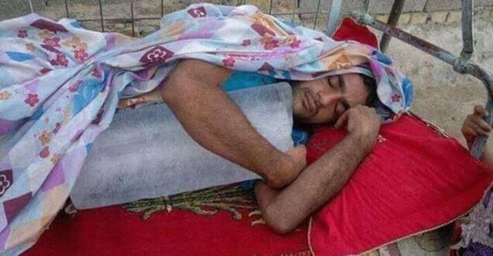 мужчина спит в обнимку со льдом