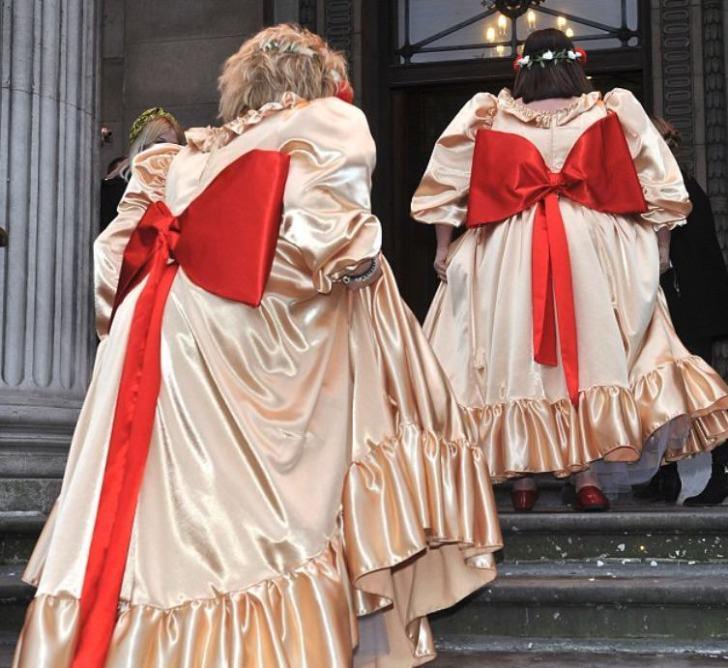 подружки невесты с красными бантами