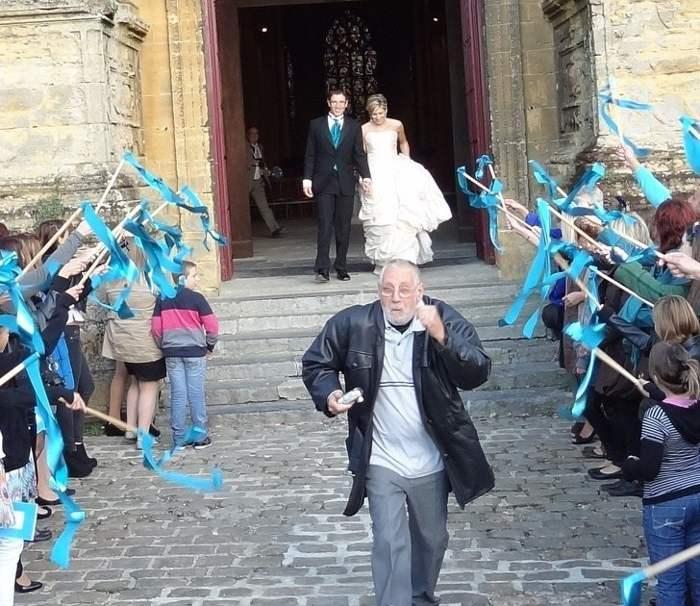 молодожены выходят из церкви