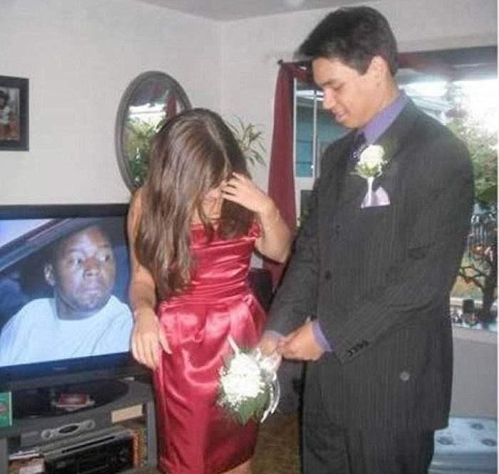 парень и девушка рядом с телевизором