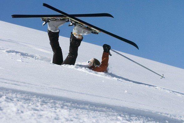 девушка упала на лыжах