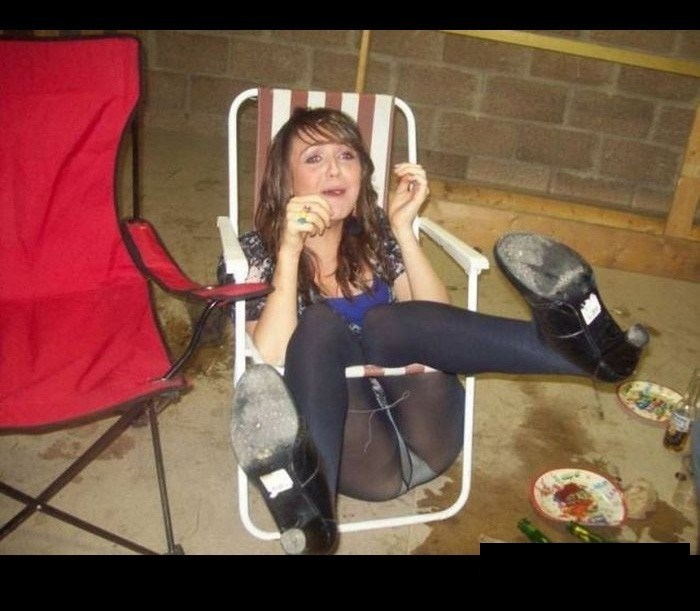 девушка на раскладном стуле