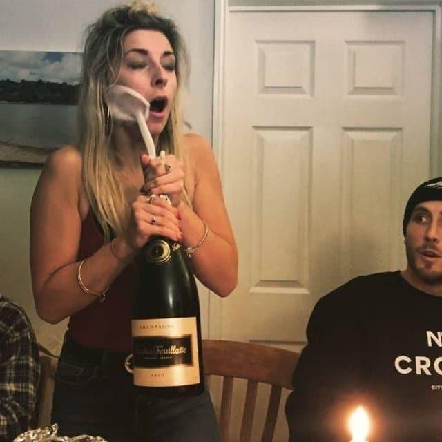 девушка с бутылкой шампанского