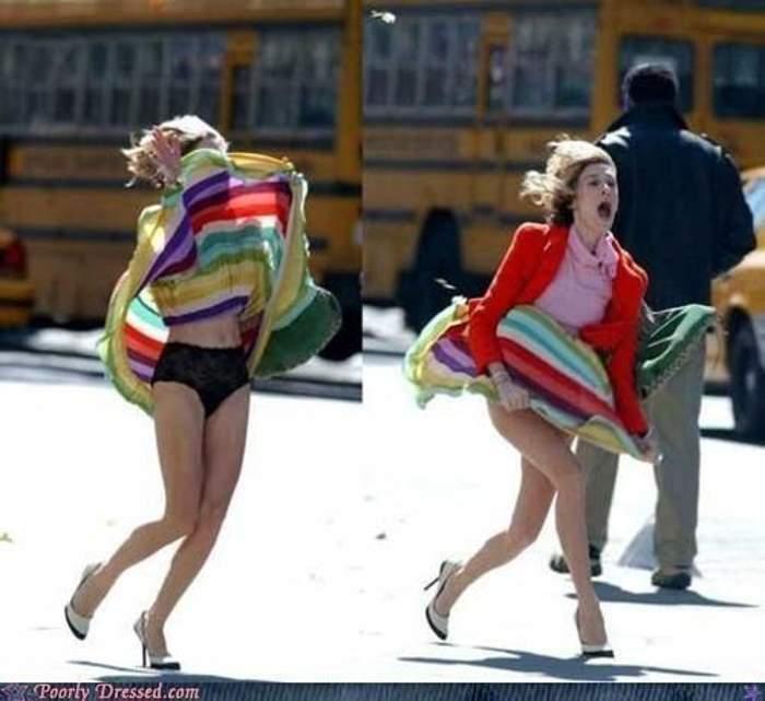 ветер задрал платье на девушке
