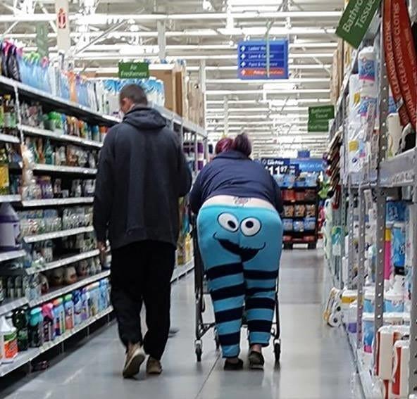 покупатели идут по супермаркету