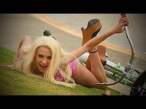 блондинка упала с велосипеда