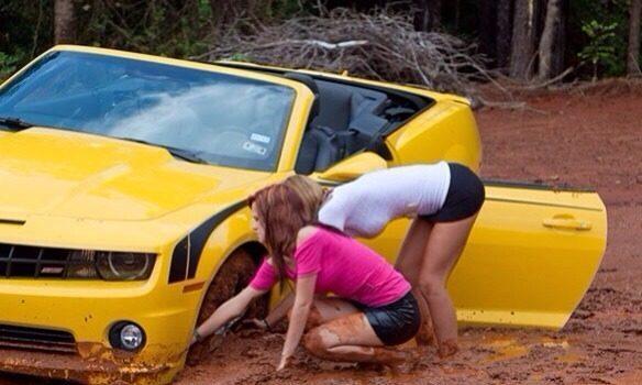 девушки возле желтой машины