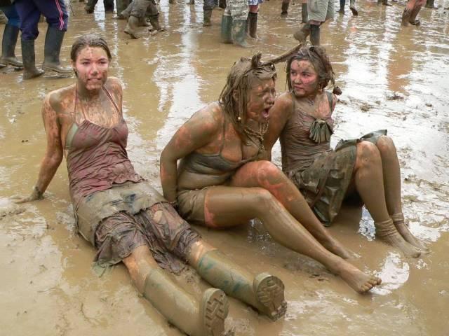 три девушки в грязи
