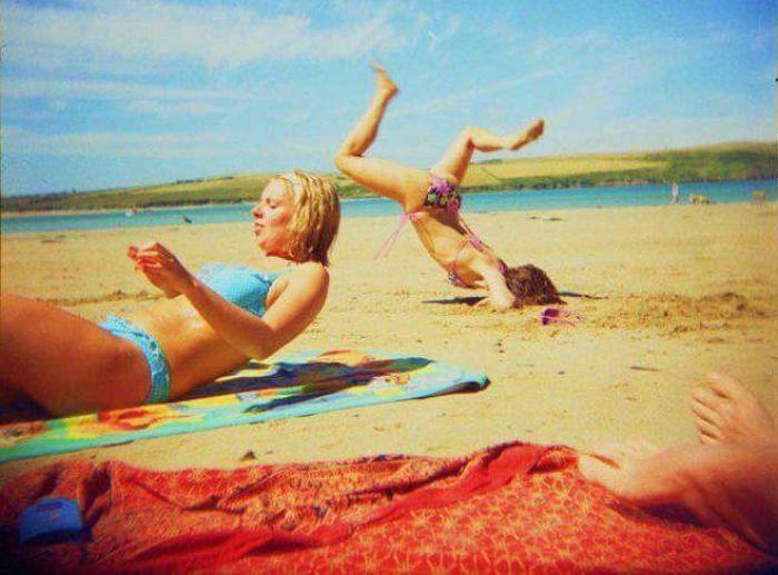 девушка падает на пляже