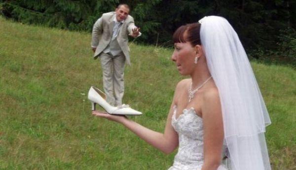 невеста держит в ладони туфлю