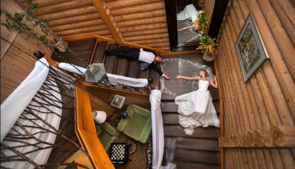 жених и невеста лежат на лестнице