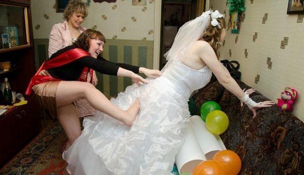 невеста со свидетельницей и мамой