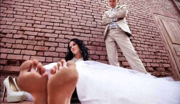 невеста сидит на земле без обуви