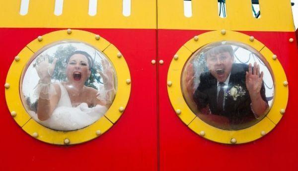 жених с невестой в иллюминаторе