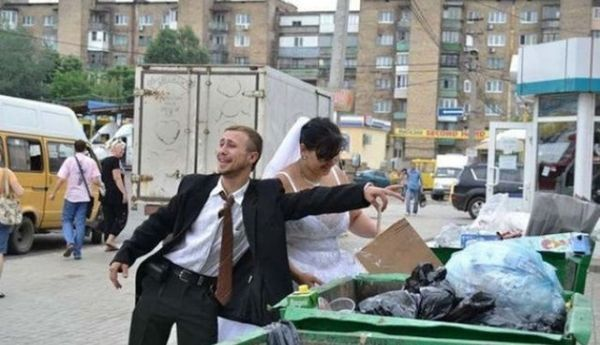 жених и невеста роются в мусоре