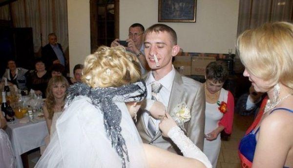 невеста с завязанными глазами и жених
