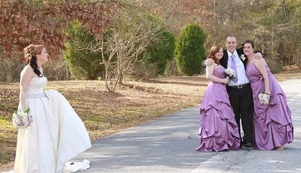жених обнимает свидетельниц на глазах у невесты