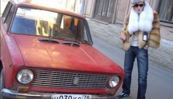 парень рядом с авто