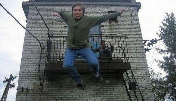 парень прыгает с балкона