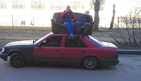 люди сидят на диване на крыше авто