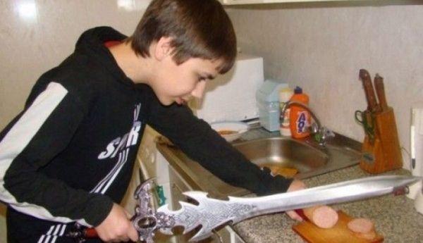 мальчик режет колбасу мечом
