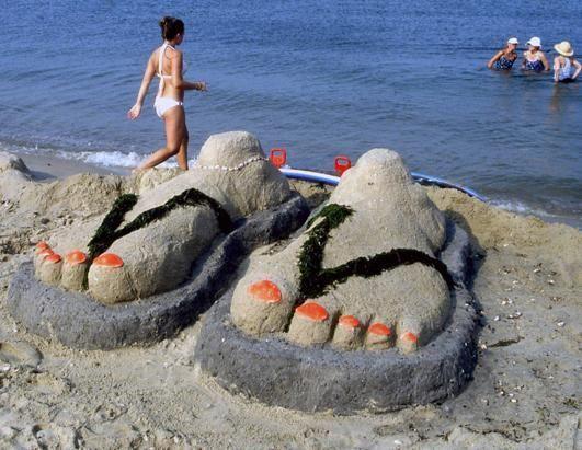 женские ноги из песка