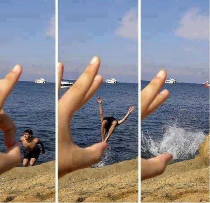 мужчина прыгает в воду