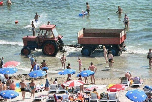 трактор едет по воде на море