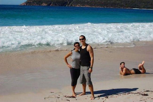 пара в обнимку на берегу моря