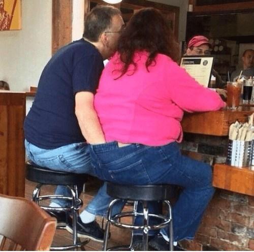 мужчина и женщина сидят за барной стойкой