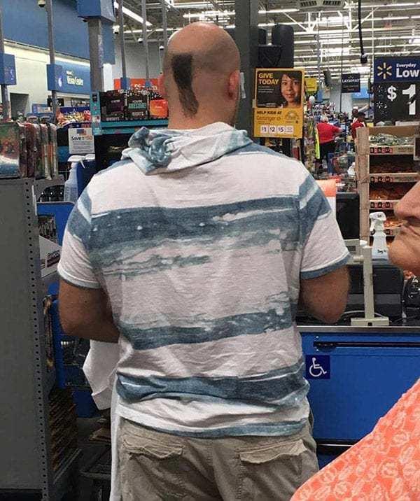 мужчина со спины в супермаркете