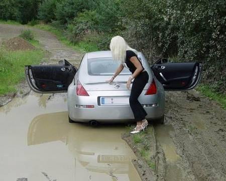 блондинка рядом с машиной