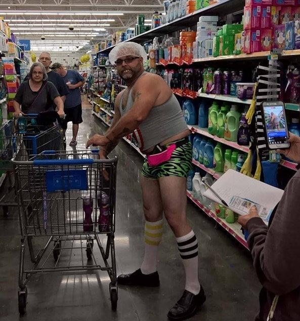 мужчина с тележкой в супермаркете