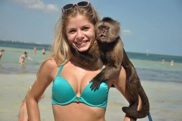 девушка с обезьянкой на пляже