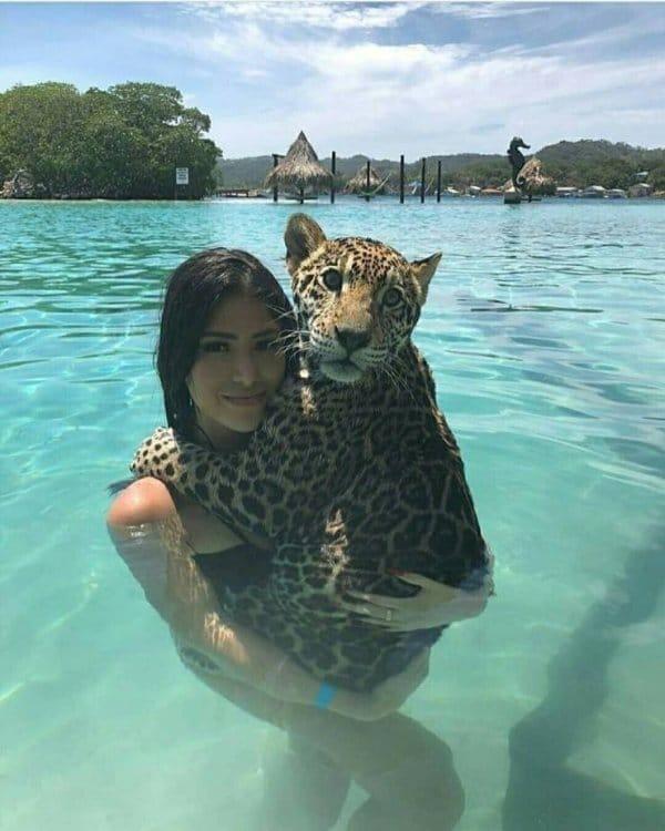 девушка с ягуаром в воде
