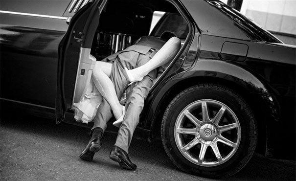 молодожены в машине