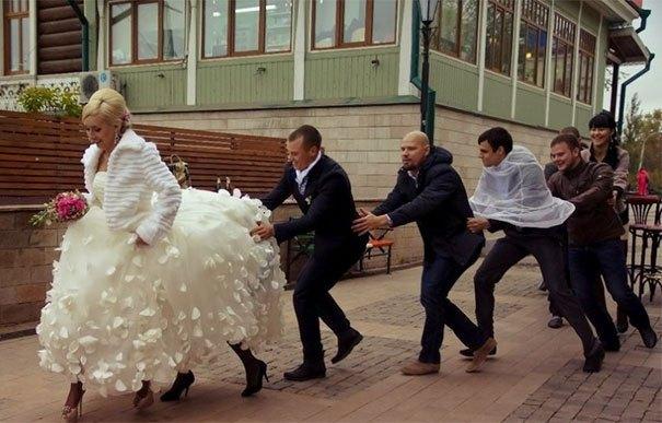 невеста с гостями на улице